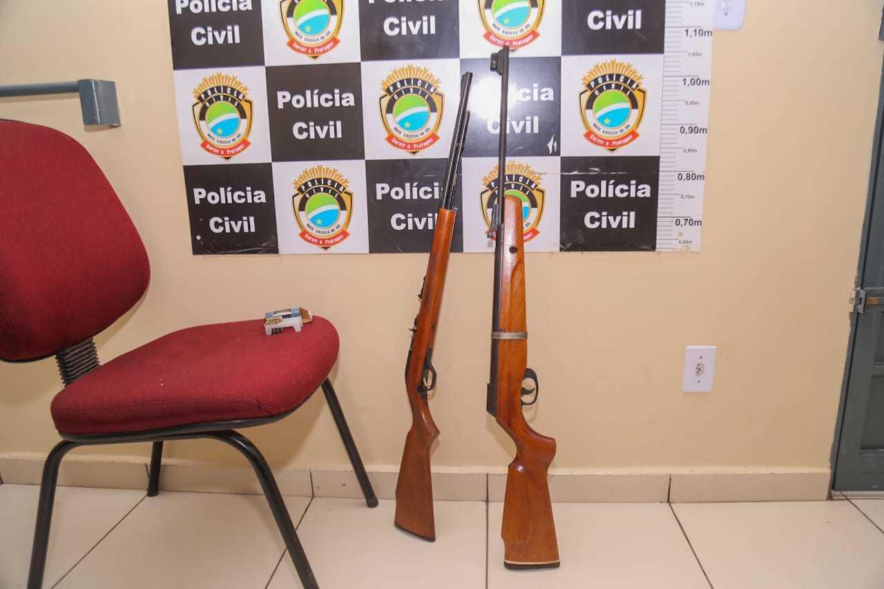 As duas espingardas encontradas durante busca e apreensão em imóvel de Bandeirantes. (Foto: Marcos Maluf)