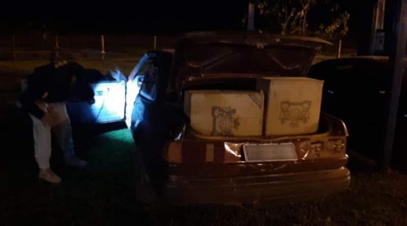 Pelo menos 400 pacotes de cigarro foram apreendidos; carga estava em caixas transportadas no porta-malas de veículo (Foto: Divulgação/PRF)