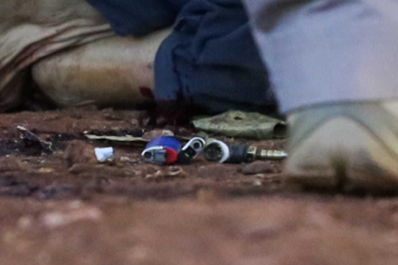 No bolso de Jose foram encontrados dois isqueiros e um cachimbo para uso de droga (Foto: Marcos Maluf)