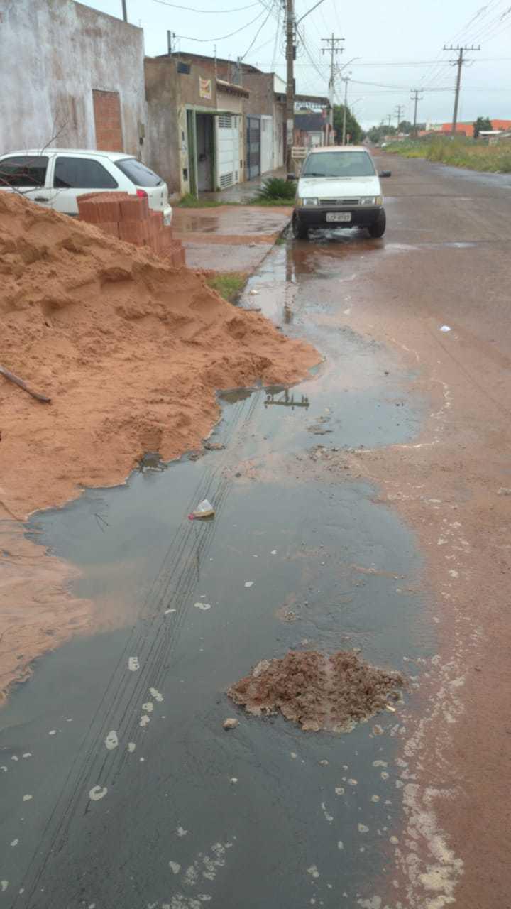 Esgoto tomou conta de rua e invadiu residência no Bairro Rancho Alegre (foto: Direto das Ruas)
