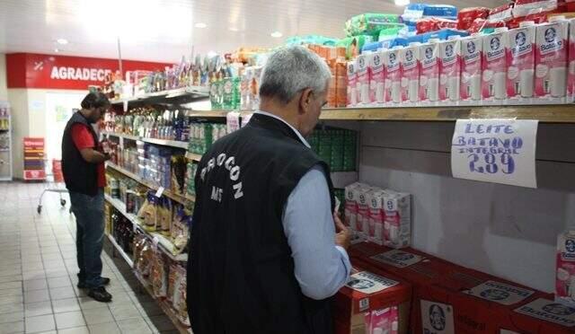 Fiscalização do Procon-MS em supermercado na Capital (Foto: Divulgação - Procon)