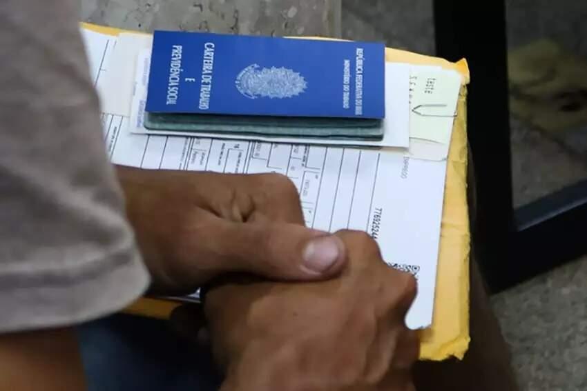 Candidato em busca de vaga de emprego na sede da Funtrab em Campo Grande (Foto: Marcos Maluf)