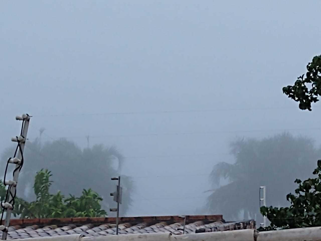Nevoeiro enconbriu várias regiões de Campo Grande, nesta manhã de terça-feira (Foto: Direto das Ruas)