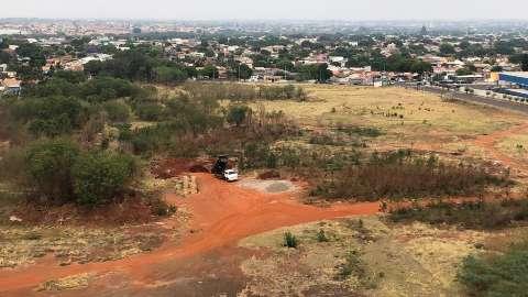 """Terreno irregular no Jardim América virou um """"verdadeiro lixão"""", reclama leitor"""