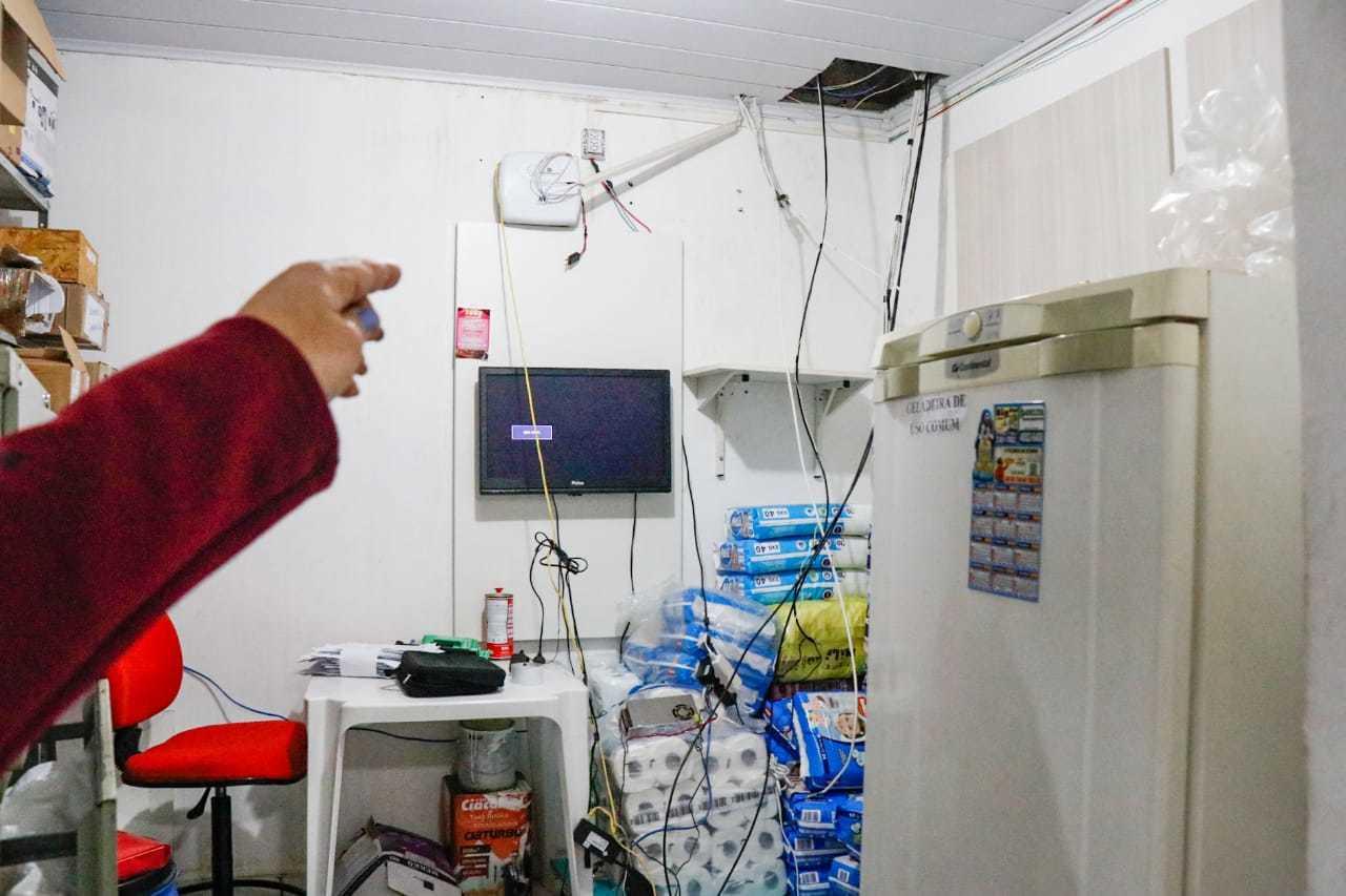 Bandidos arrancaram fios do sistema de monitoramento da farmácia. (Foto: Henrique Kawaminami)