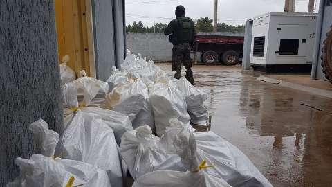 Motorista é preso com quase 900 kg de droga em fundo falso de caminhão