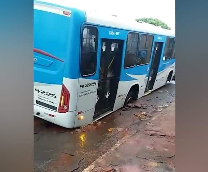Ônibus ficou preso em asfalto quebrado (Foto: Direto das Ruas)