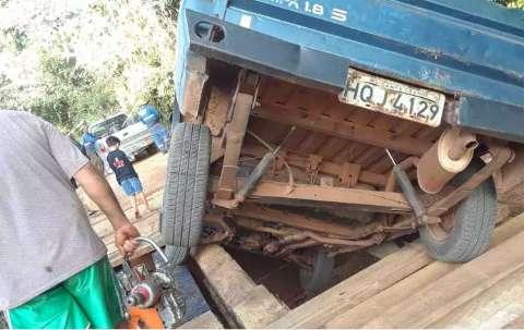 Picape cai de ponte e motorista reclama de falta de sinalização