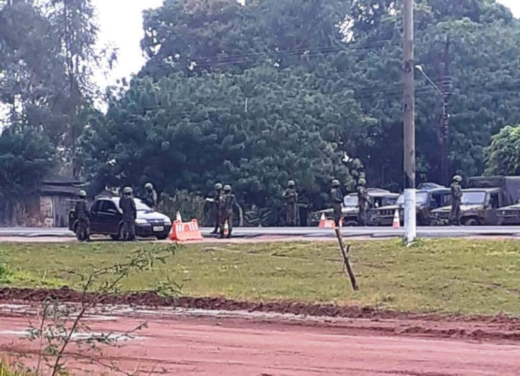 Militares brasileiros em barreira sanitária entre Sanga Puitã (MS) e Sanja Pytã, no Paraguai (Foto: Direto das Ruas)