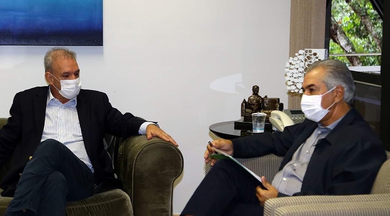 Geraldo Resende (à esquerda) e governador Reinaldo Azambuja reunidos nesta quinta-feira (4) (Foto: Governo de MS/Divulgação)