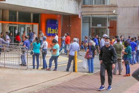 Em dia de pagamento, filas voltam aos bancos, shoppings e lotéricas