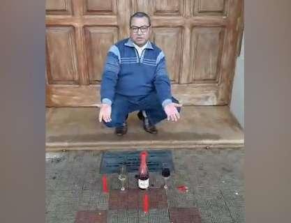 """Padre encontra oferenda na porta de igreja em MS e critica """"ousadia"""""""
