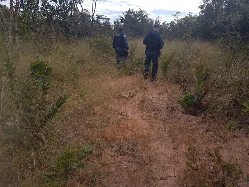 Policiais militares na área de mata onde a vítima foi mantida em cárcere (Foto: Diário Chapadense)