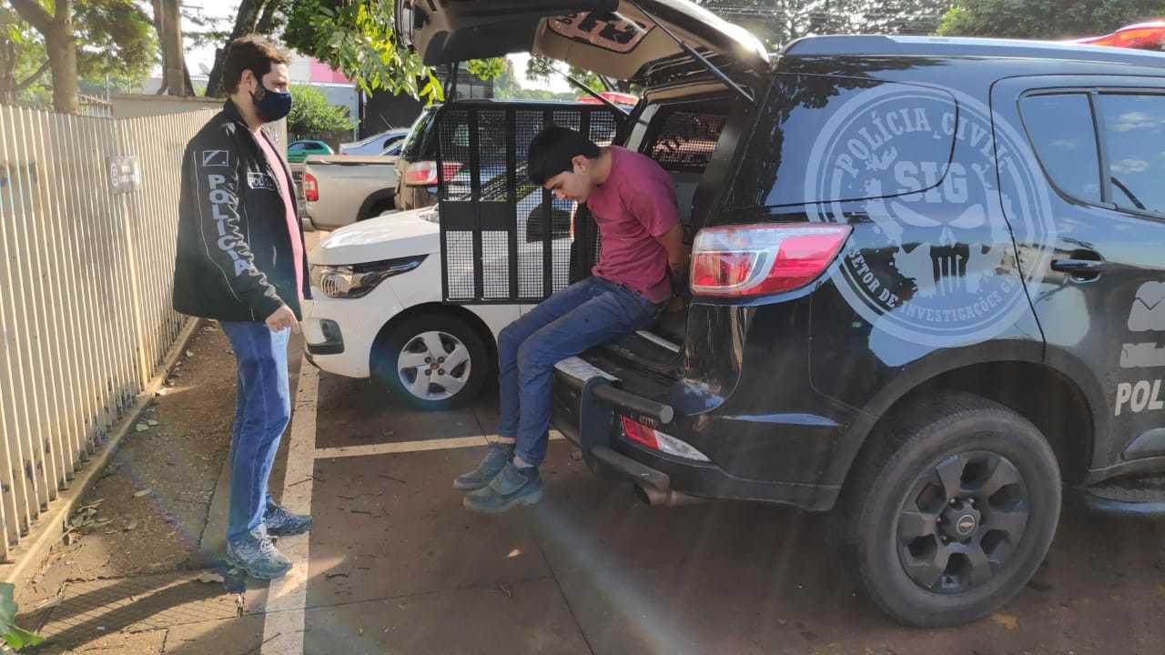 Jackson de Farias desce de viatura do SIG após ser preso nesta sexta-feira no Jardim Canaã I (Foto: Adilson Domingos)