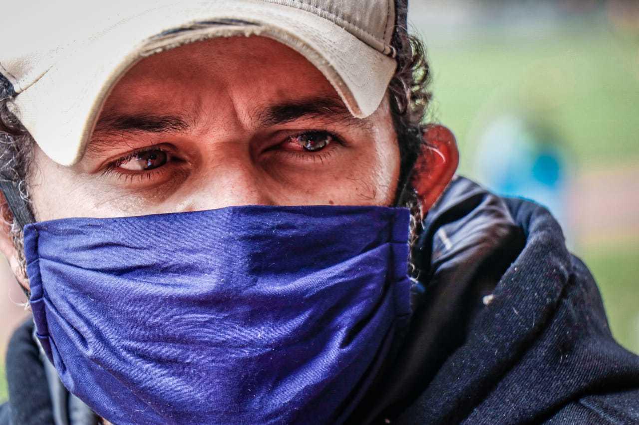 Olhos vermelhos de quem divide espaço no peito para tristeza e revolta (Foto: Henrique Kawaminami)