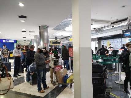 Com dois voos previstos, passageiros se aglomeram em saguão do aeroporto