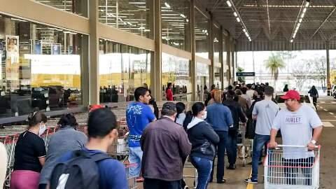 Com salário na conta, clientes encaram fila enorme para entrar em supermercados