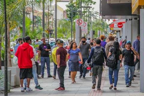 Com dinheiro no bolso, consumidores  lotam o centro da cidade e ignoram pandemia