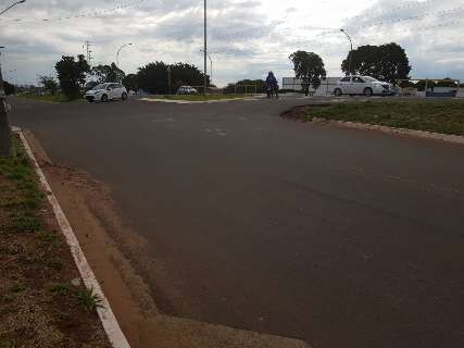 Motociclista atinge veículo e envolvido culpa falta de sinalização