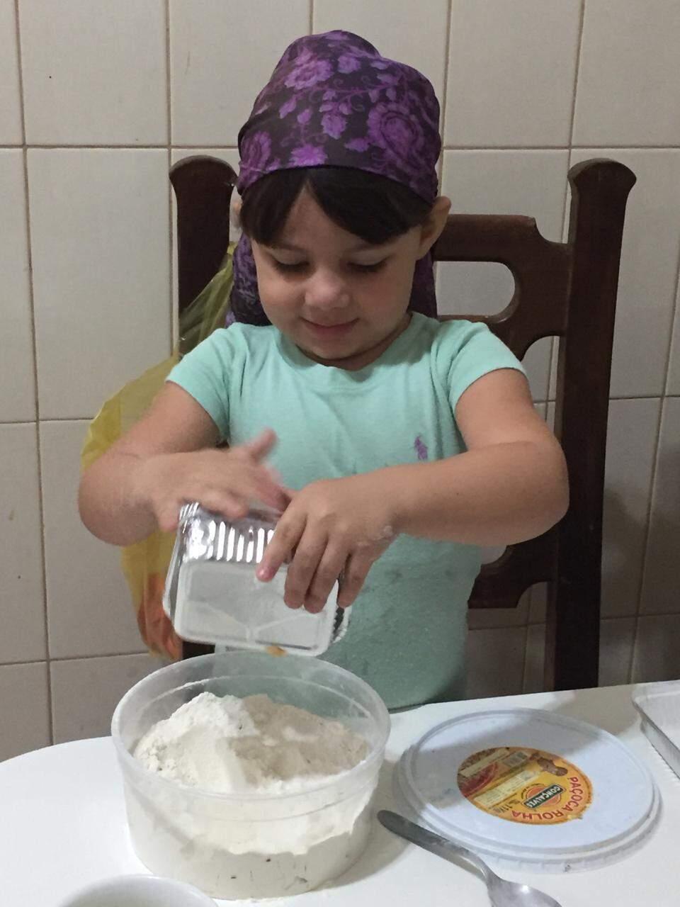 Maria misturando os ingredientes secos antes de bater (Foto: Arquivo Pessoal)