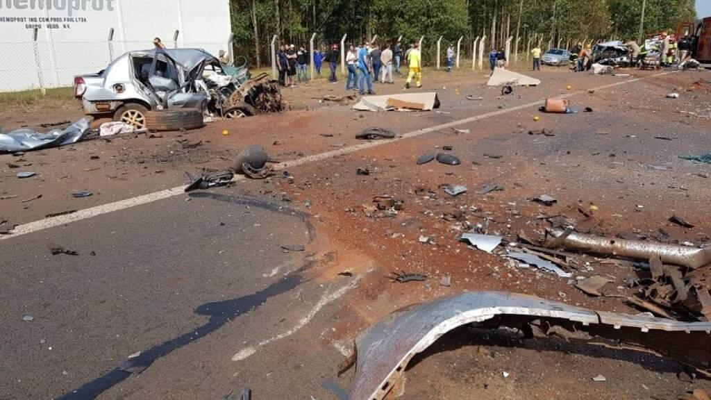 Destroços de veículos que bateram de frente ficaram espalhados na pista (Foto: Cesar Galeano)