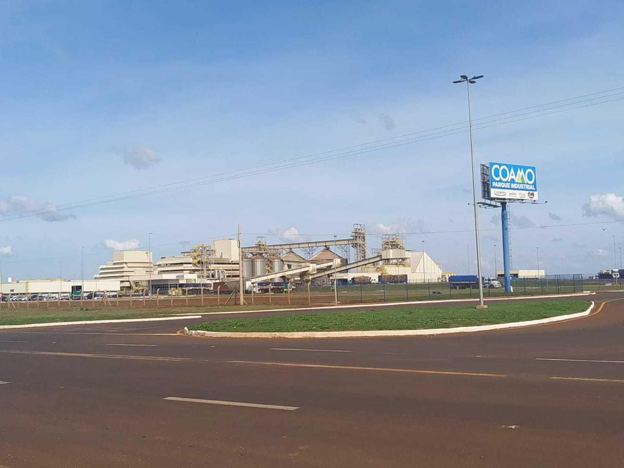 Avião caiu perto de indústrias da Coamo, em Dourados (Foto: Adilson Domingos)