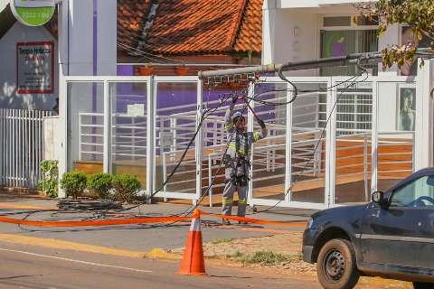 Caminhão enrosca em fios e derruba padrão de energia na Antônio Maria Coelho