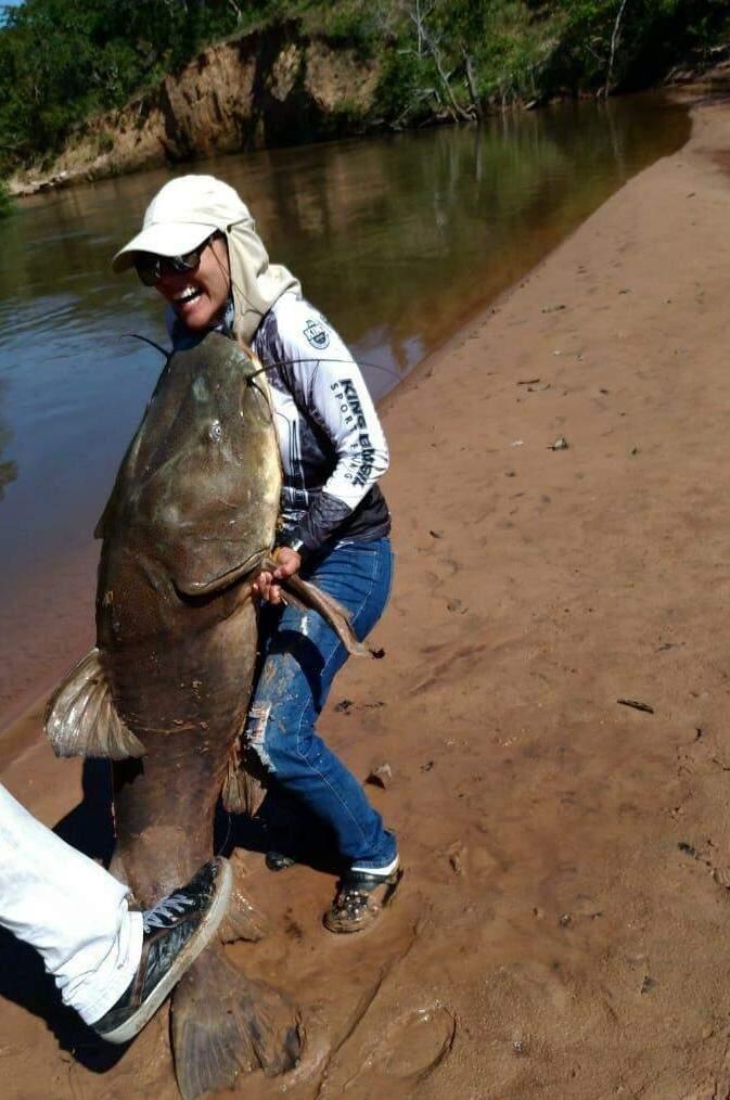 Nicele tenta segurar o peixe e cai no riso (Foto: Divulgação/MS News)