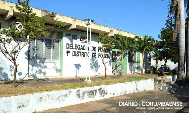 Mulher quebrou vidro da porta da delegacia do 1º distrito com pedrada (Foto: Arquivo/Diário Corumbaense)