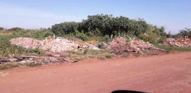 Avenida que liga o Santa Emília ao Nova Campo Grande virou lixão