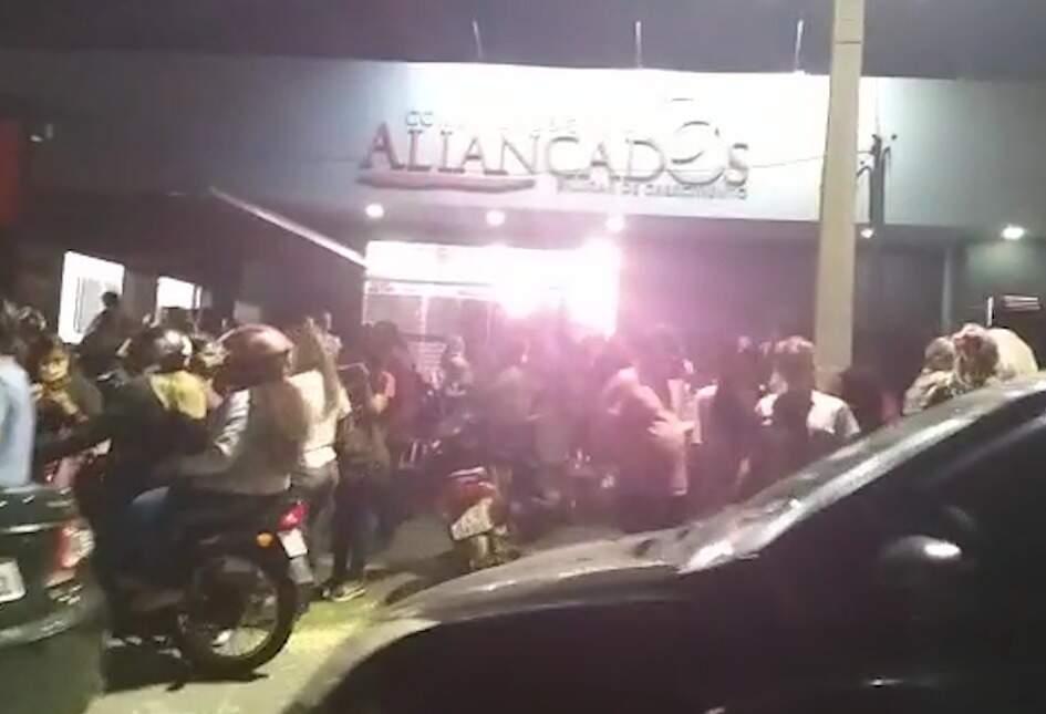 Diversas pessoas aglomeradas em frente à igreja (Foto: Direto das Ruas)