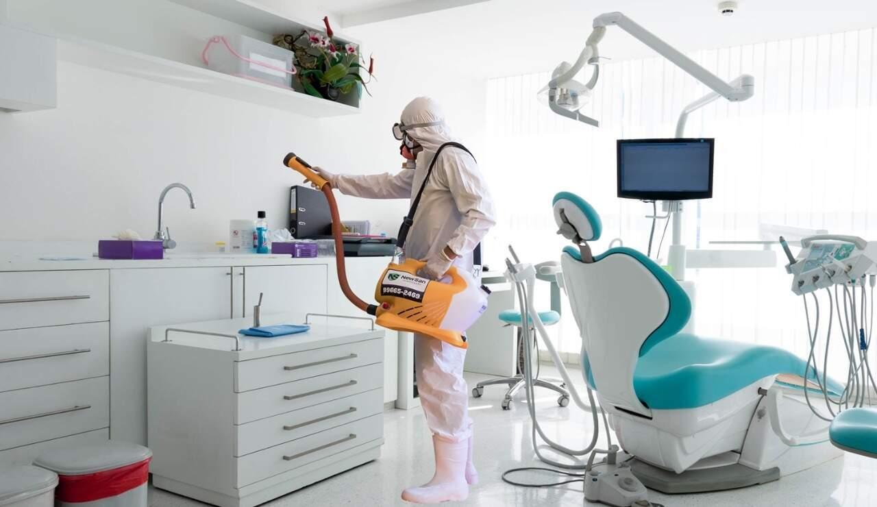 O profissional sanitizando a consultório odontológico de Campo Grande. (Foto: NewSan Sanitização)
