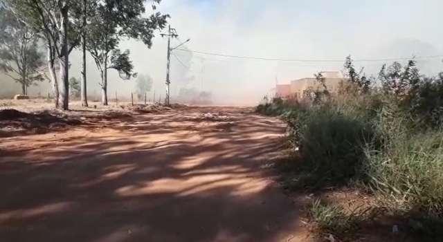 Fogo em vegetação deixa moradores sob nuvem de fumaça na Vila Fernanda