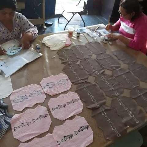 Mulheres trocam couro de peixe por máscaras de algodão em Corumbá