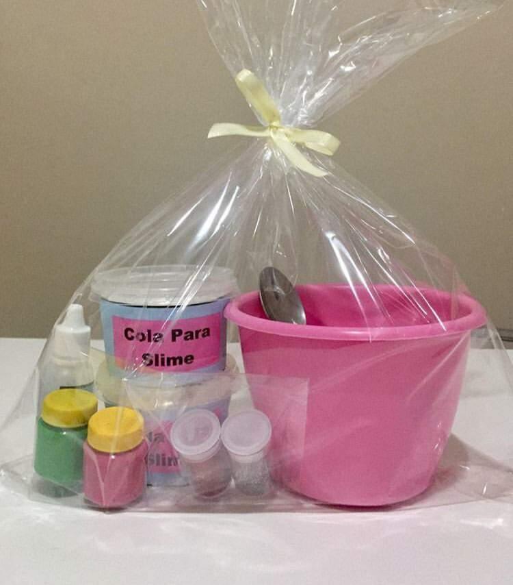 Kit com tintas, cola, baldinho e slime. (Foto: Arquivo pessoal)