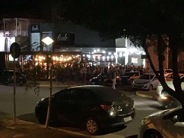 Em bar lotado no domingo, campo-grandense canta pagode e ignora pandemia