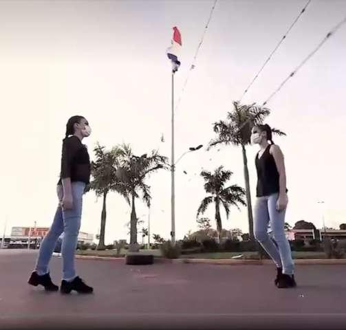 Separadas por arame farpado, bailarinas dançam na fronteira