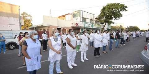 """Colegas fazem """"cordão branco"""" em homenagem à enfermeira morta pela covid"""