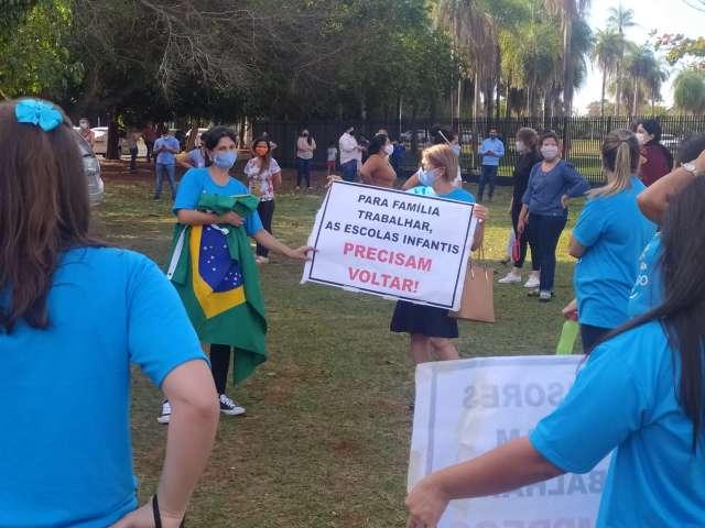 Pais e donos de escolas protestam no Ministério Público por volta às aulas