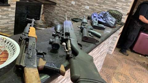 """Polícia Federal apreende armas, dinheiro e droga em """"QG"""" do PCC na fronteira"""