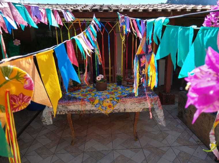 Decoração do arraial de São João feito em 2019 na casa de dona Elvira. (Foto: Arquivo pessoal)