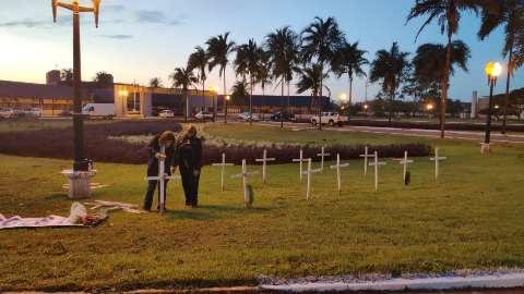 Cruzes na frente da prefeitura lembram 17 mortos pela covid em Dourados