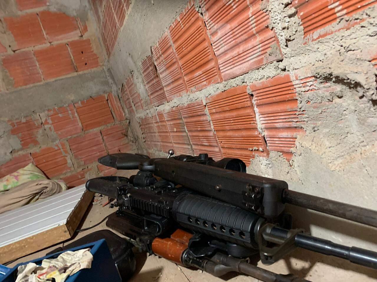 Armas encontradas ontem no QG do PCC em Ponta Porã, onde gerente financeiro da facção foi preso (Foto: Divulgação)