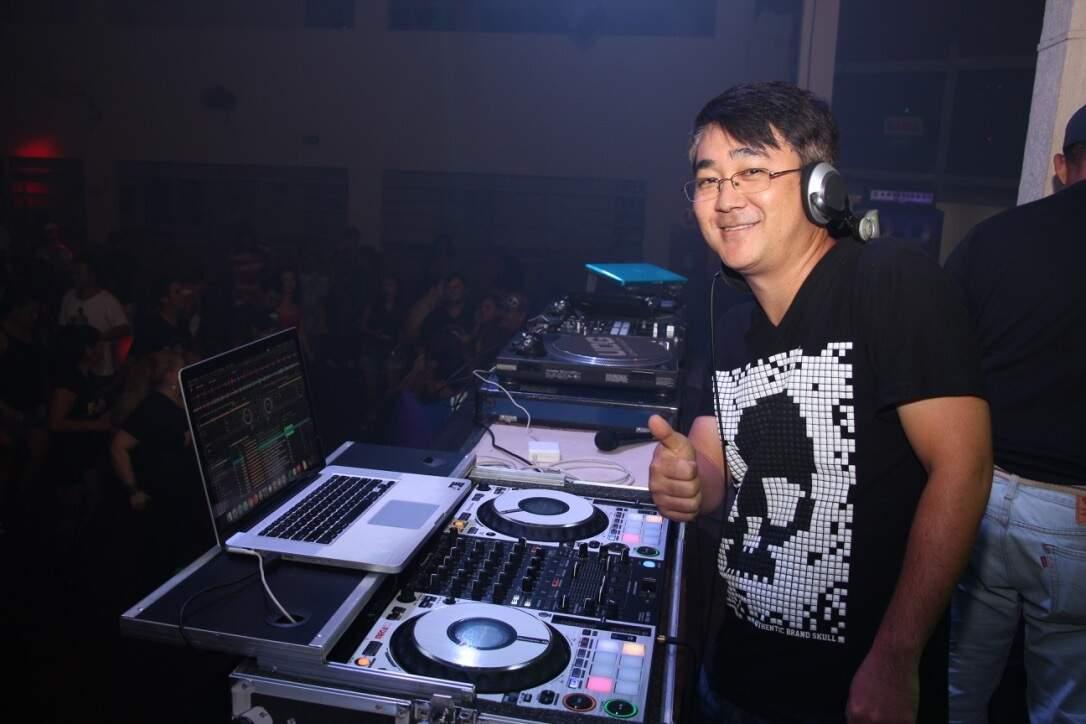 Dj Mario Hisano posando para a foto, numa festa que tocou na Capital. (Foto: Arquivo pessoal)