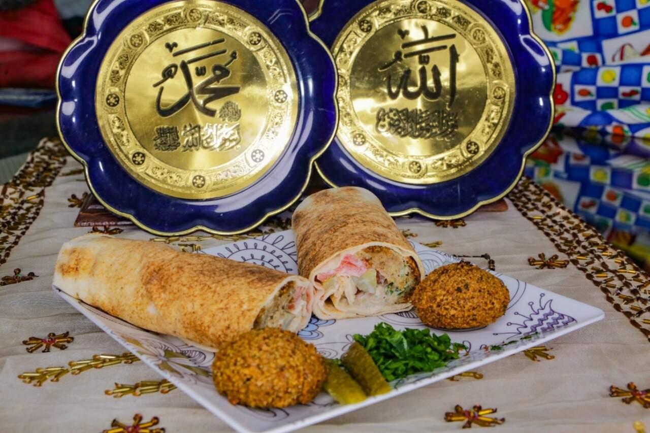 Lanche falafel, feito com pão árabe e com bolinhos à base de grão-de-bico. (Foto: Kísie Ainoã)