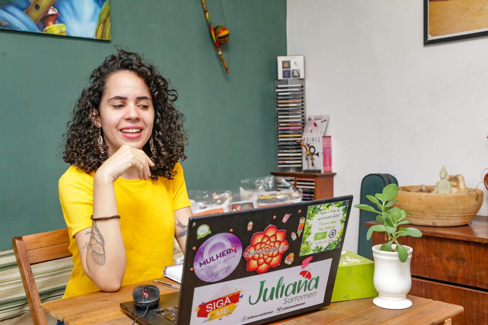 Juliana trabalha em casa mesmo antes da pandemia (Foto: Kisie Ainoã)