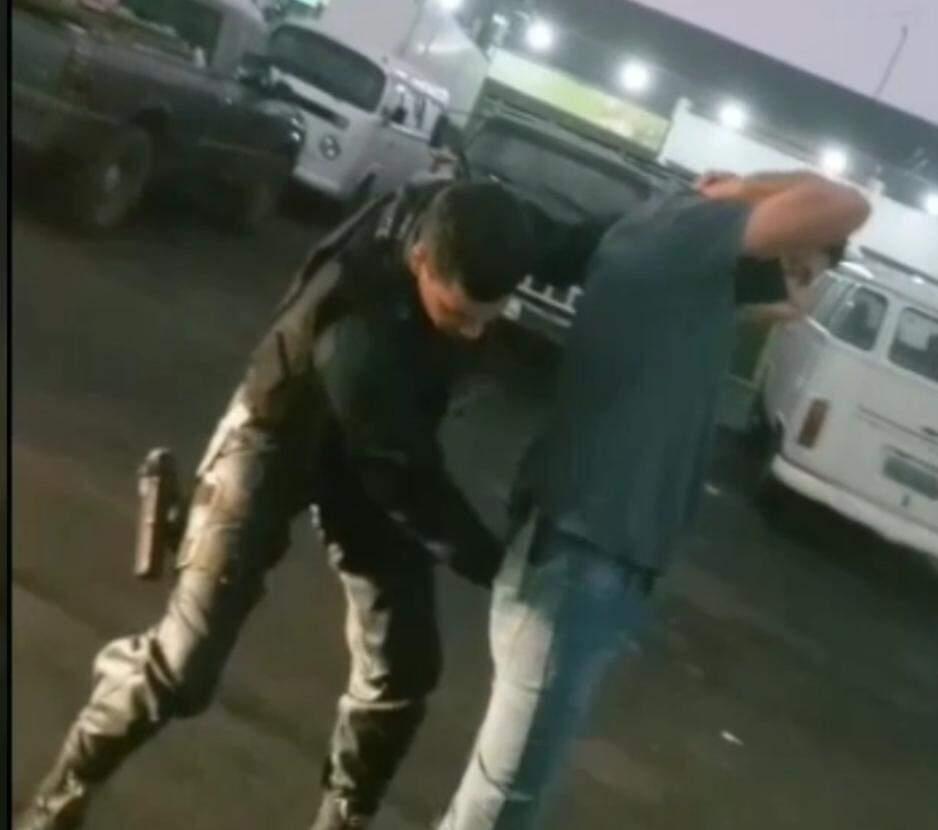 Policial estava com uma pistola Glock (Foto: Reprodução Vídeo)