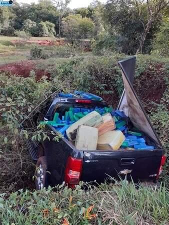 Veículo carregado de drogas caiu em buraco (Foto: Divulgação)