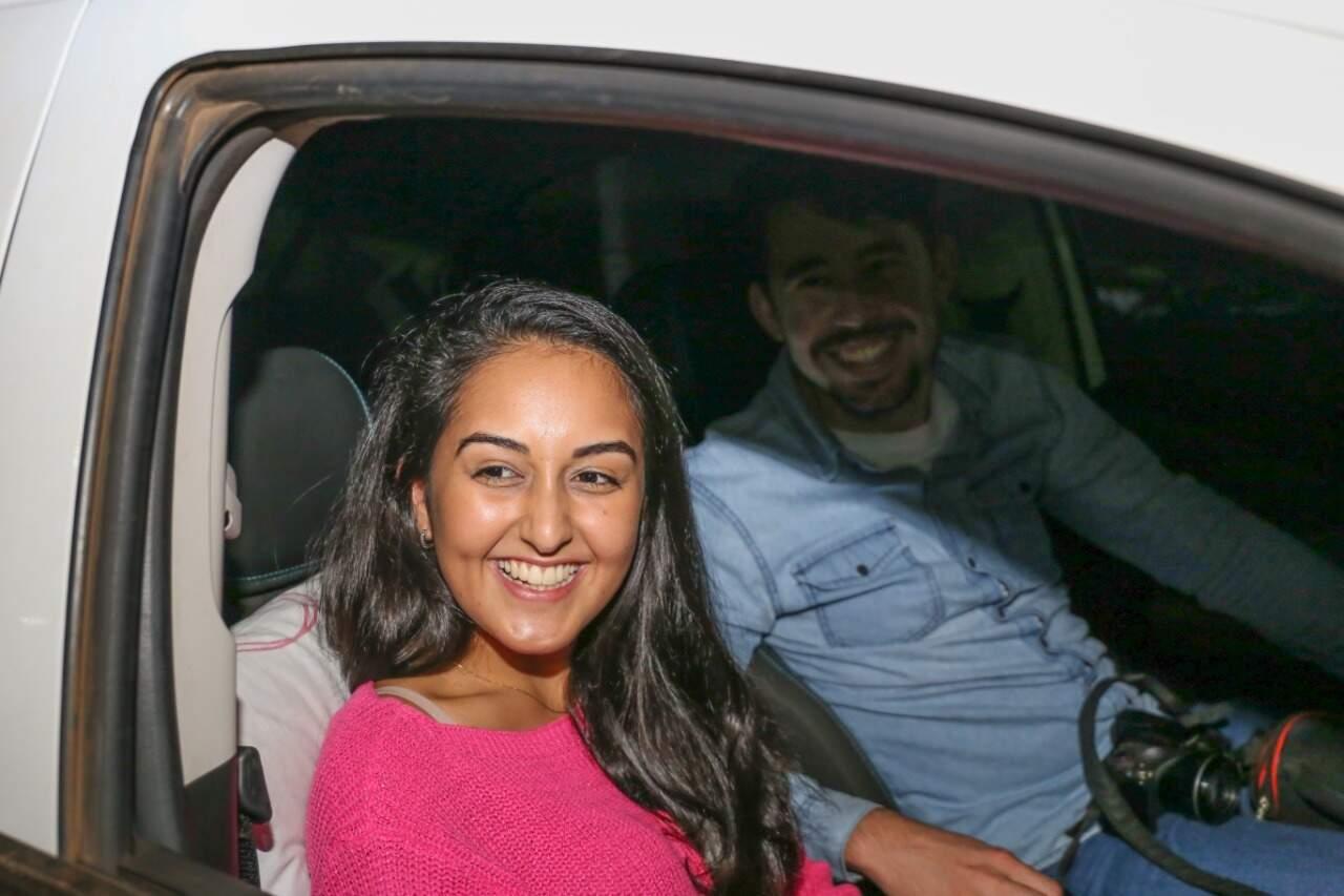 Ketlin e Moacir levaram até câmera fotográfica para registrar a volta histórica. (Foto: Paulo Francis)