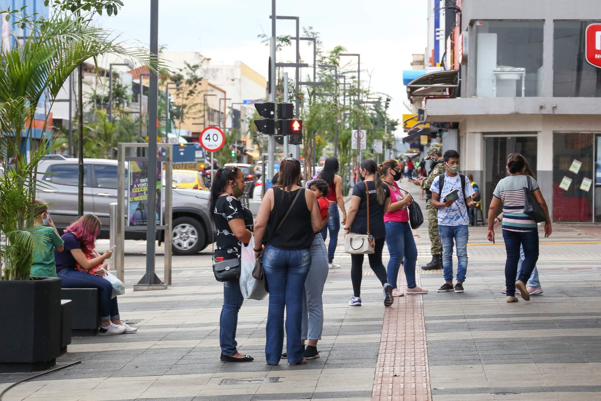 Movimentação de pessoas no Centro de Campo Grande. (Foto: Paulo Francis)